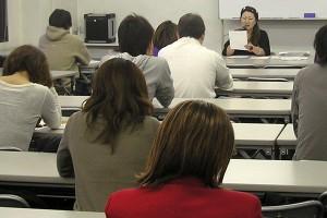 大阪校代表の小島先生。熱のこもった講義が人気です。