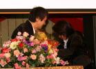 岡田さんに花束贈呈