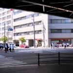 駅から道路を挟んだ東京三菱UFJ銀行